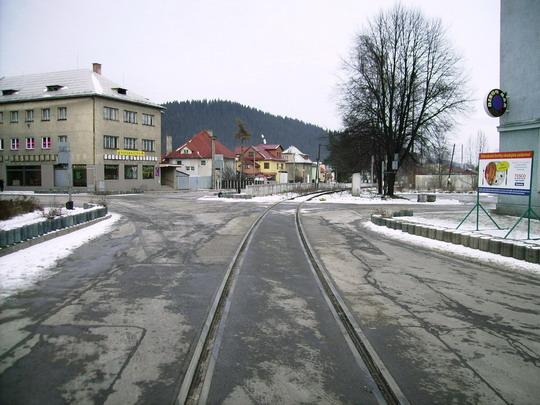 Pohľad na tvar kríženia trate do Čadce a ciest, ktoré vedú k železničnej stanici, mestskému úradu a do Čadce (naľavo) a na Chatu Bukovina (napravo) - 17.2.2008 © Bc. Ján Paluch