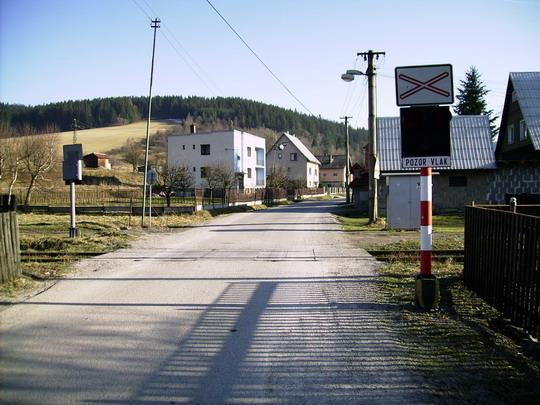 Pohľad na signalizačné zariadenie a na cestu smerujúcu do mestskej časti Turkov - 7.3.2008 © Bc. Ján Paluch