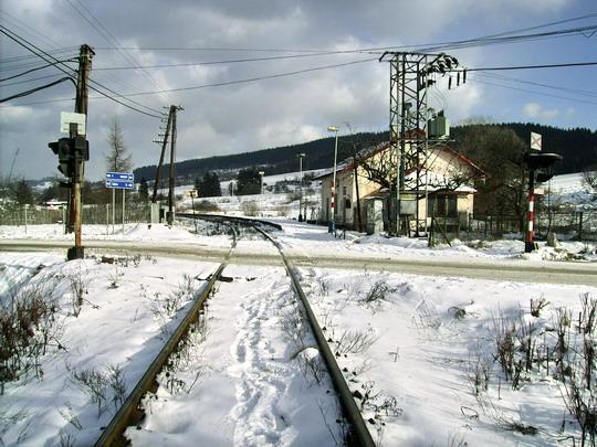 Pohľad na ostrý tvar kríženia trate do Čadce a cesty ku križovatke na smery Čadca a Makov - 16.2.2008 © Bc. Ján Paluch