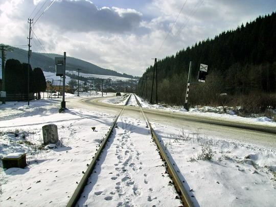 Pohľad na ostrý tvar kríženia trate a cesty II. triedy smerom na Makov - 16.2.2008 © Bc. Ján Paluch