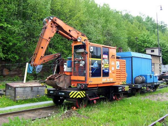 Stroj na výměnu pražců SVP 74-191 s hydrostatickým přenosem výkonu (15.05.2004 - Stará Paka) © PhDr. Zbyněk Zlinský - ZOBRAZ!