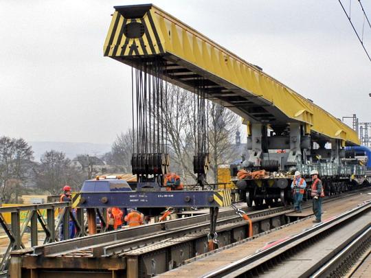 Zdvíhanie mostnej konštrukcie, Moravičany, 10.3.2008 © Peter Bado