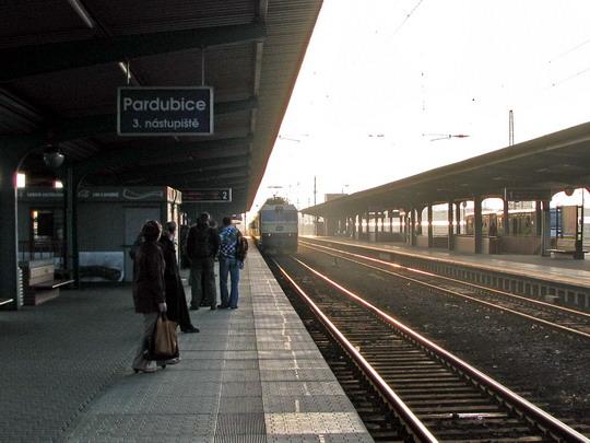 """04.04.2009 - Pardubice hl.n.: neidentifikovaný """"banán"""" přiváží R 442 ŠÍRAVA Humenné - Praha hl.n.  © PhDr. Zbyněk Zlinský"""