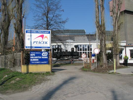 04.04.2009 - PJ DKV Olomouc: střežený vchod do depa z ulice a 310.001 © PhDr. Zbyněk Zlinský