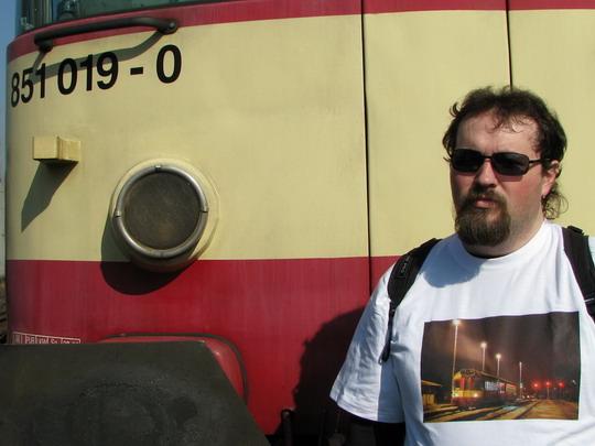 04.04.2009 - PJ DKV Olomouc: 851.019-0 a Radek hrdě pózující s jejím snímkem na tričku © PhDr. Zbyněk Zlinský