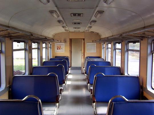 23.10.2004 - Praha ONJ: interiér elektrického vozu 451.001-2 © PhDr. Zbyněk Zlinský
