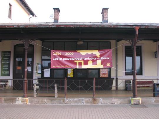 01.05.2009 - Jaroměř: pohled na perón s transparentem oslav © PhDr. Zbyněk Zlinský