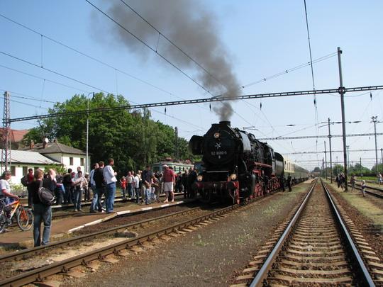 02.05.2009 - Jaroměř: 52.8080-5 v čele vlaku z Liberce © PhDr. Zbyněk Zlinský