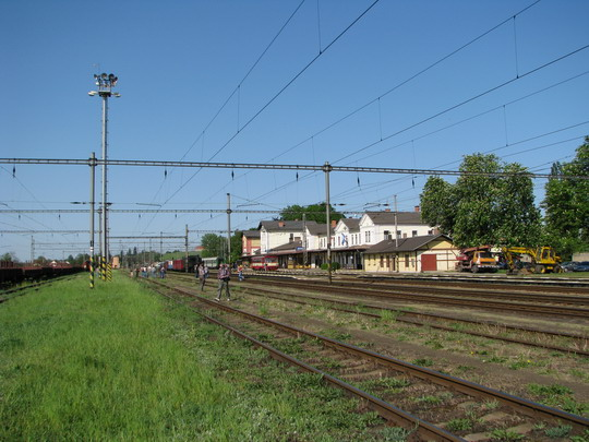 02.05.2009 - Jaroměř: pohled na sluncem zalité nádraží a šotouše hledající si místo © PhDr. Zbyněk Zlinský