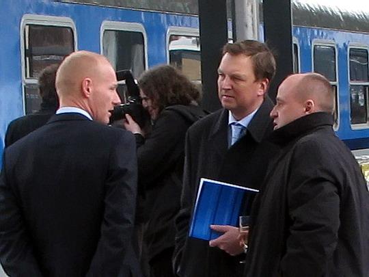 Náměstek GŘ ČD pro osobní dopravu Blažek (uprostřed) na pražském hlavním nádraží dne 26.3.2009 © PhDr. Zbyněk Zlinský