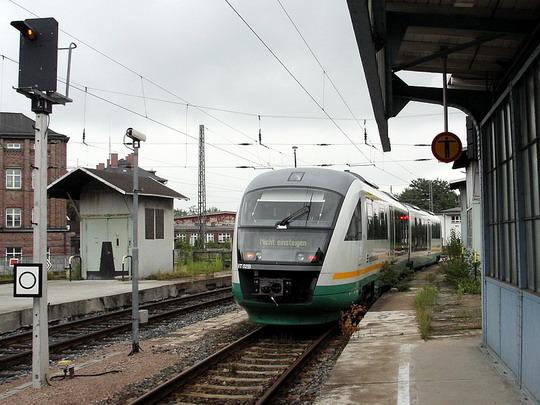 VT 02 Vogtlandbahn GmbH po příjezdu Os 24002 z Tršnice (ČD) na nádraží DB Zwickau (Sachs) Hbf dne 2.7.2005 © PhDr. Zbyněk Zlinský