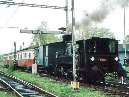 02.05.1998 - Jaroměř: výjezd historického vlaku se strojem 310.006 z výtopny © PhDr. Zbyněk Zlinský