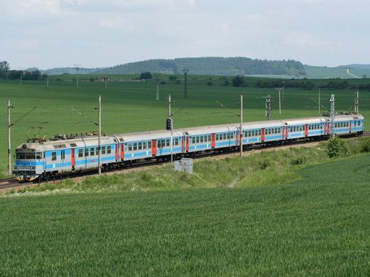 Jednotka řady 560 u Hradčan dne 29.5.2004 © Milan Vojtek