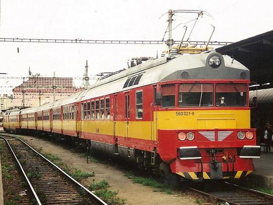 Pětivozová jednotka 560.021-8/560.022-6 v Brně v říjnu 1996 © Milan Vojtek