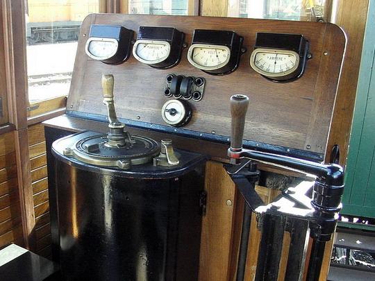 Ovládací pult akumulátorové lokomotivy č. 2 (14.4.2007 - Jaroměř) © PhDr. Zbyněk Zlinský