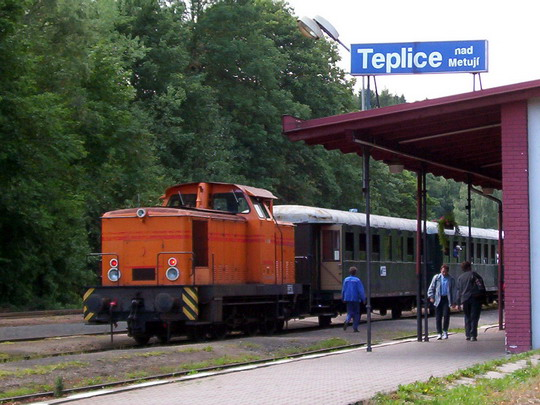 Lokomotiva 716.517-8 na postrku historického vlaku z Trutnova v Teplicích nad Metují dne 3.8.2003 © PhDr. Zbyněk Zlinský