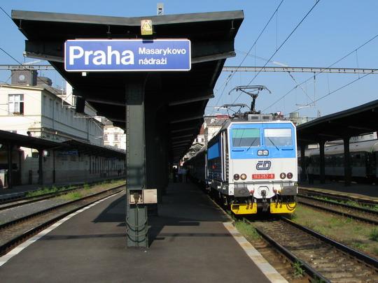 163.257-9 v čele vlaku do Velimi a scházející se hosté © PhDr. Zbyněk Zlinský