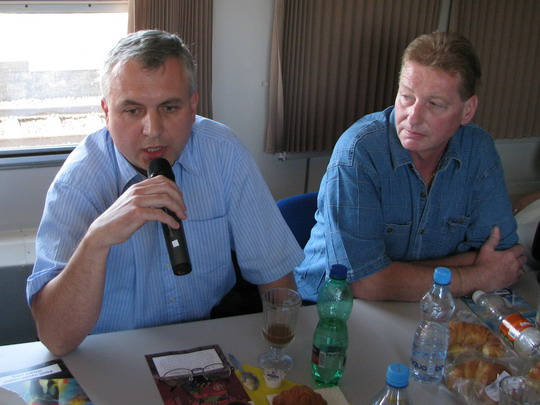 Hovoří mluvčí Federace strojvůdců PhDr. Libor Poláček, vedle  prezident FS Petr Čechák © PhDr. Zbyněk Zlinský