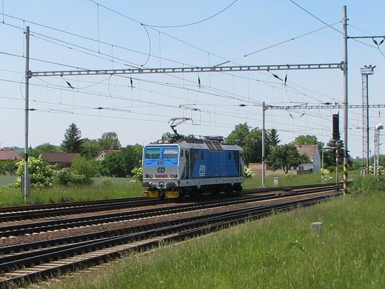163.257-9 v žst. Velim najíždí na náš vlak © PhDr. Zbyněk Zlinský