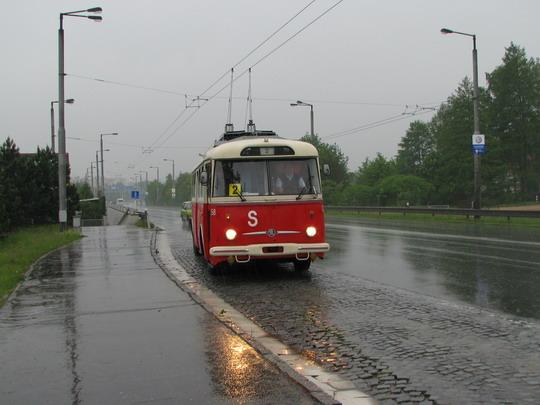 Historický trolejbus č.358 (9TrHT 28)  na své první jízdě vjíždí na zastávku Na Plachtě © PhDr. Zbyněk Zlinský