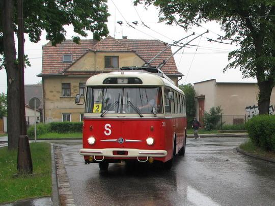 Historický trolejbus č.358 vjíždí na odjezdové stanoviště zastávky Nový Hradec Králové © PhDr. Zbyněk Zlinský