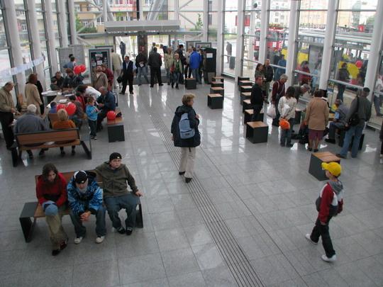 Slavnostní ruch v hale MHD terminálu © PhDr. Zbyněk Zlinský