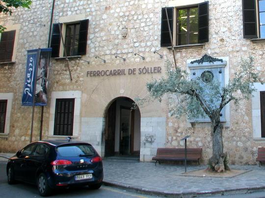 03.06.2009 - nádraží FS Sóller: vchod do staniční budovy z Plaça d'Espanya s pamětní deskou © PhDr. Zbyněk Zlinský