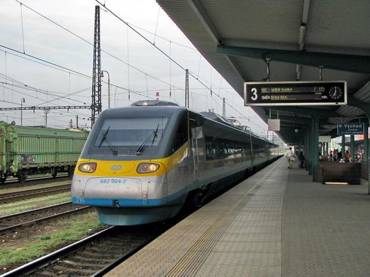 Jednotka 680.004 jako SC 10017 Praha hl.n. - Wien Südbahnhof zastavuje v žst. Pardubice hl.n. © PhDr. Zbyněk Zlinský