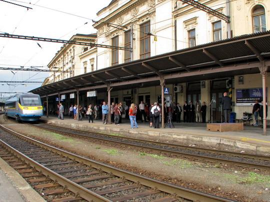 Protokolární vlak a zahájení projevů na 1. nástupišti brněnského hlavního nádraží © PhDr. Zbyněk Zlinský