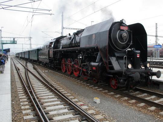 Lokomotiva 475.101 v čele zvláštního vlaku do Lednice čeká na příjezd protokolárního vlaku z Prahy © Milan Vojtek