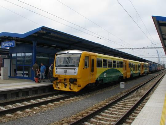 Vozidla vystavená u novotou zářícího třetího nástupiště žst. Břeclav © PhDr. Zbyněk Zlinský