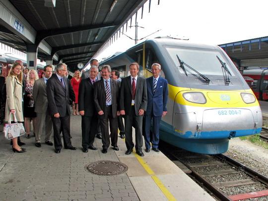 Skupinová fotografie představitelů ČD a ÖBB u protokolárního vlaku po jeho příjezdu na vídeňské Jižní nádraží © PhDr. Zbyněk Zlinský