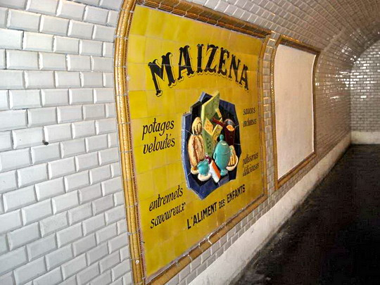 Originál reklama z 50. rokov, inštalovaná pri príležitosti založenia ADEMAS po rekonštrukcii prístupovej chodby do stanice St. Martin, kde ADEMAS sídli, 9.5.2009, © Peter Žídek