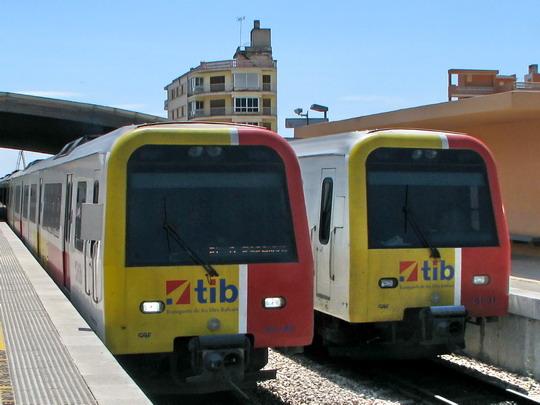09.06.2009 - Inca: dvojice 61-45+61-46 + 61-19+62-0x+61-18 přijíždí jako vlak Sa Pobla - Palma, vpravo odstavená 61-44+61-43 + 61-30+61-31 © PhDr. Zbyněk Zlinský