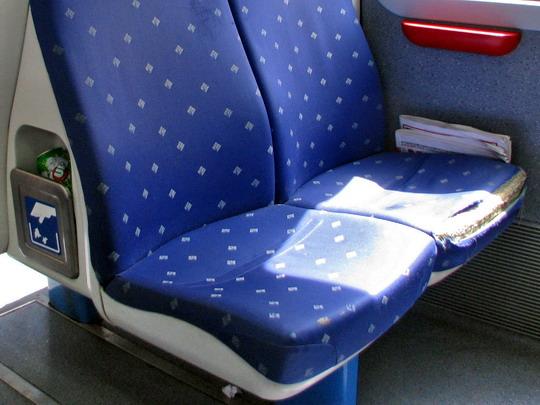 09.06.2009 - na trati: neuklizený a poničený interiér motorového vozu 61-36 © PhDr. Zbyněk Zlinský