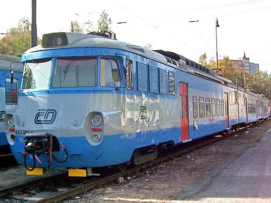 23.10.2004 - Praha ONJ: první vyrobená  jednotka, už jen jako třívozová - 452.001-1 + 052.002-3 + 452.002-9 © PhDr. Zbyněk Zlinský