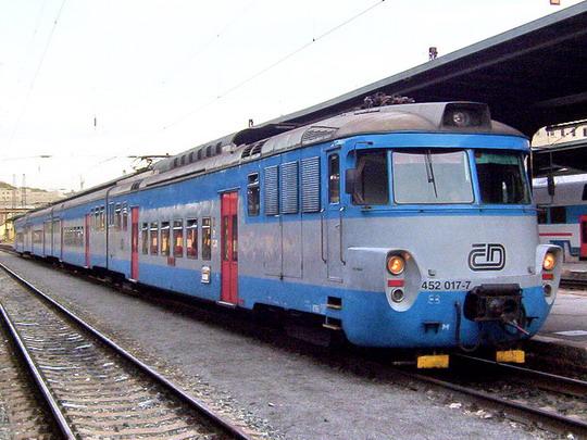 23.10.2004 - Praha Masarykovo n.: jedna z posledních, jednotka  452.017-7/452.018-5 jako Os 9613 z Kralup n.Vl. © PhDr. Zbyněk Zlinský