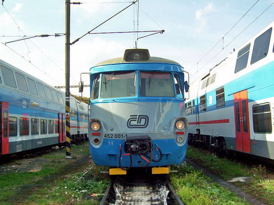 """23.10.2004 - Praha ONJ: staré a nové - 452.001-1 + 052.002-3 + 452.002-9 mezi """"ešusy"""" © PhDr. Zbyněk Zlinský"""