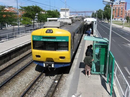 10.06.2009 - Žel. stanica Lisboa-Cais do Sodre, prímestský vlak do Cascais na zastávke Belém © František Halčák
