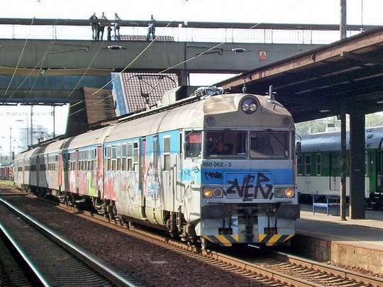 Elektrická jednotka nebo elektrický vlak? Sprejerům je to fuk (25.9.2004 - Ostrava hl.n.) © PhDr. Zbyněk Zlinský