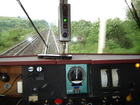 Pohled z kabiny strojvedoucího vozu 460.028-4 (8.7.2005 - Mosty u Jabl. zast.) © Karel Furiš