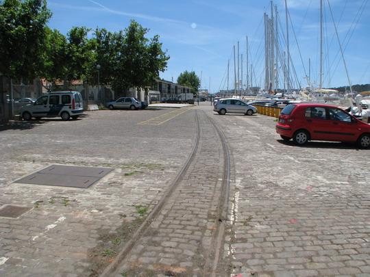 Pozůstatek trati z nádraží, zrušené roku 1964, v přístavu Palma (7.6.2009) © PhDr. Zbyněk Zlinský