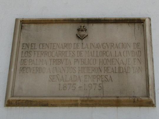 Když roku 1975 dávali na zeď nádraží v Palmě tabuli ke 100. výročí železnice na Mallorce, už nebylo co slavit (7.6.2009) © PhDr. Zbyněk Zlinský