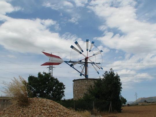 Zachovalý větrník na okraji města Sa Pobla © PhDr. Zbyněk Zlinský