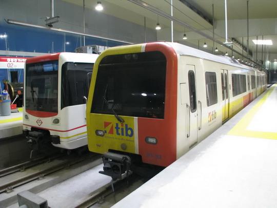 Odstavená motorová jednotka 61-33+61-44 a souprava metra na Estació Intermodal © PhDr. Zbyněk Zlinský