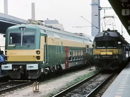 Dvě generace jednotek ČSD (5.4.1991 - Praha-Holešovice) © Václav Vyskočil