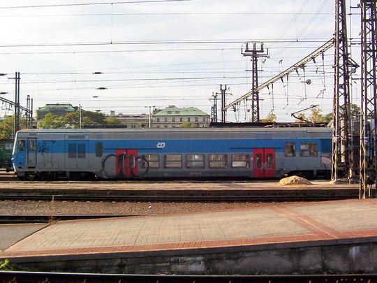 Vůz 470.004-3 v čele soupravového vlaku směr ONJ (23.10.2004 - Praha hl.n.) © PhDr. Zbyněk Zlinský