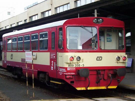 Rekonstruovaný motorový vůz 809.358-5 jako Os 19622 do Libochovic mne upoutal v Kralupech nad Vltavou © PhDr. Zbyněk Zlinský