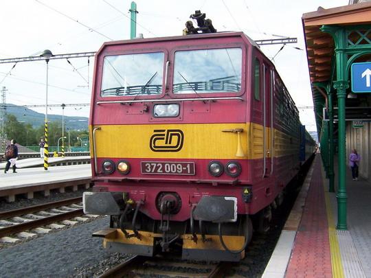 """Nerekonstruovaný """"bastard"""" 372.009-1 v čele Os 6632  Děčín - Bad Schandau před odjezdem z výchozí stanice © PhDr. Zbyněk Zlinský"""