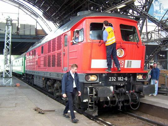 """""""Ludmille"""" 232.182-6 se dostává drobného osvěžení u nástupiště Dresden Hbf © PhDr. Zbyněk Zlinský"""